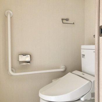 トイレは個室です。※通電前のためフラッシュを使用しています。