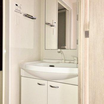 独立洗面台は鏡が大きくてうれしい。※通電前のためフラッシュを使用しています。