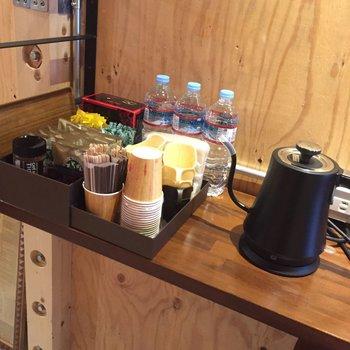 1Fにはセルフカフェスペースがあります!コーヒー、紅茶を自由にどうぞ。