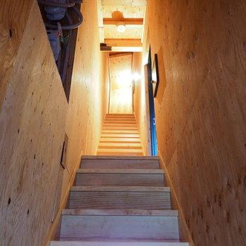 クラフト感のある階段を上って2階へ