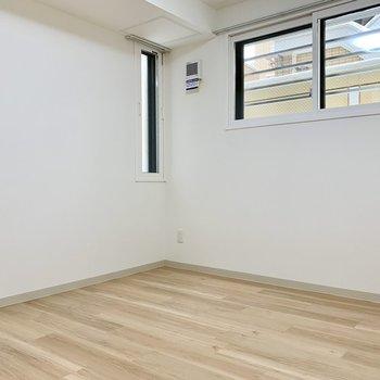 5.5帖の洋室。こちらもホワイトと木目のぬくもり空間。