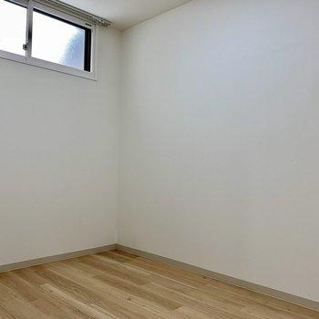 リビング隣の洋室。天井高いんです!
