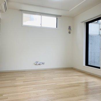 高い位置に窓。下には大きなテレビボードを