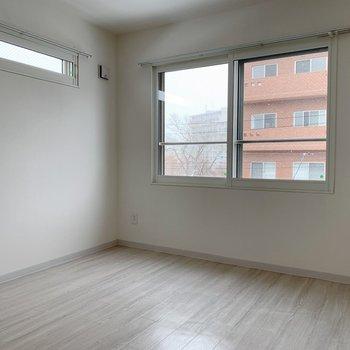 洋室は2面窓で開放感