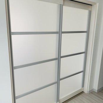 仕切り戸は半透明で静かなアクセント