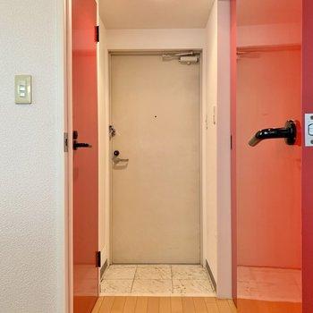 玄関付近に水回りがまとまっています。まずは右手の洗面室から。