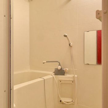 浴室はシンプルですが、ゆとりがありました。※写真はクリーニング前のものです