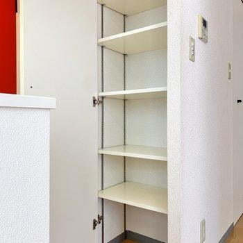 キッチン横の収納には保存食品をしまうのが良さそうです。