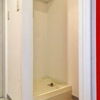 開けてすぐに洗濯機置き場とご対面。棚が上にありますよ。※写真はクリーニング前のものです