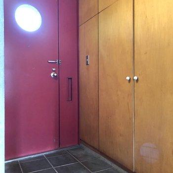 美しい赤色の玄関がお出迎え。