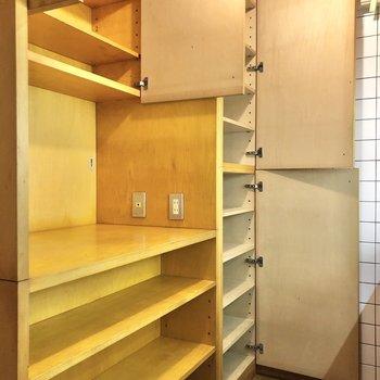 さらに、キッチン前にはたっぷりの収納付きです。