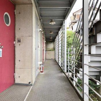 お部屋の前にはクールな廊下が続きます。