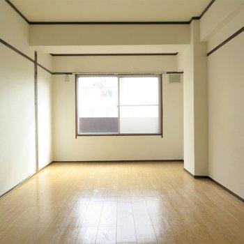 洋室は7.5帖。ダブルベッドでも