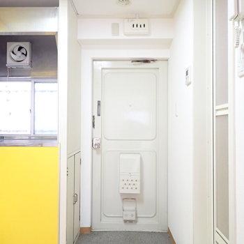 玄関もカーテンで仕切れるようになっています!左側に小さなシューズボックスあります
