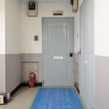 奥のドアがお部屋です!くすんだブルーが可愛い。