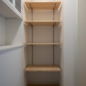 玄関には可動棚が!靴を置いてもよし、鍵を置く場所など小物を置いても◎