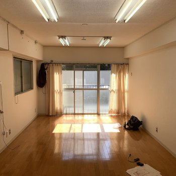 【工事前】側面の窓からの採光はありませんが、ベランダからの光は燦々と!