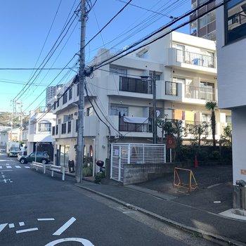 真っ白の建物なんですね〜藤沢の空に映えます!