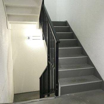 【共用部】階段で3階まで。