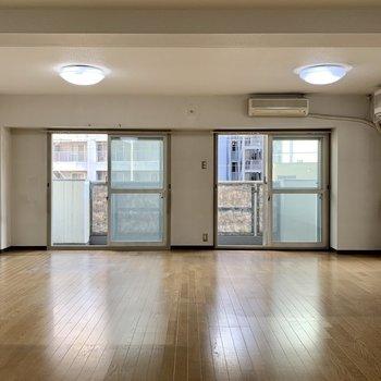 工事前】もともとどかーーーーんと広いリビングは全面無垢床に!窓は2面にあります!