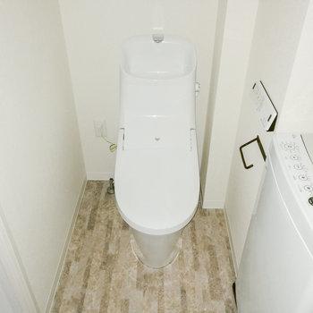 お隣にはトイレがシュッとね。