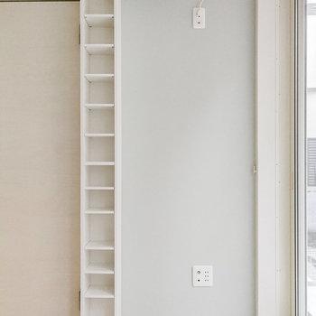 窓際には爽やかブルーと細長の棚。小物雑貨で飾りましょ。