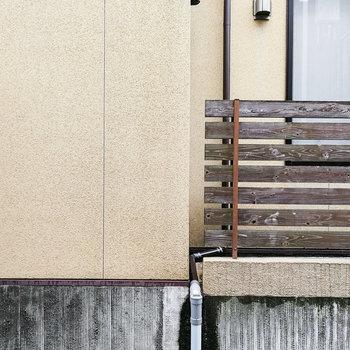 目の前はお隣さんの壁。