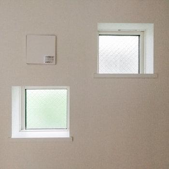 お隣の四角は窓。
