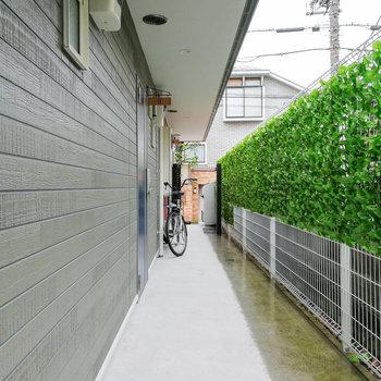 共用部には緑。玄関はオートロックタイプです。