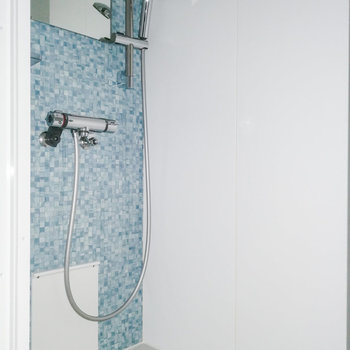 ブルーのアクセントがかわいいシャワールーム。