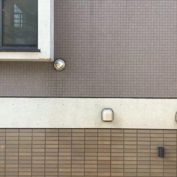 リビングの西側の窓からはお隣のマンションが見えます。