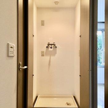 洋室のお隣には洗濯機置場が。ライトがあるので使い勝手がいいですね。