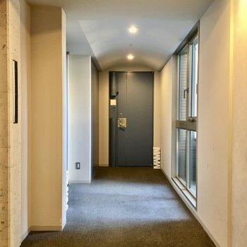 絨毯敷きの内廊下。