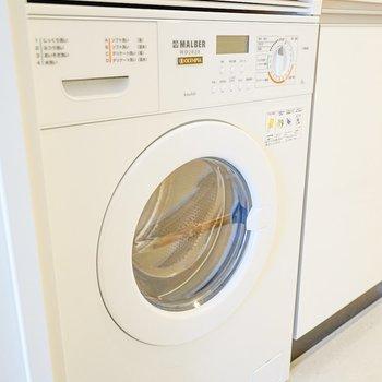 洗濯機はキッチン下に備え付け〜!