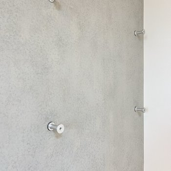 壁にはPコン穴があるから、フックを掛けたり本棚を作ったり! 壁をオシャレに有効活用できちゃう。
