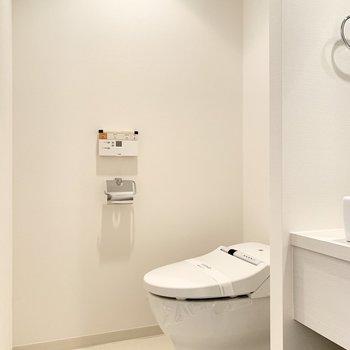 脱衣所とトイレが同空間ですが、扉がないので広く感じます。