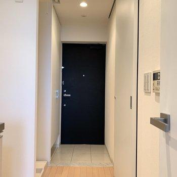マーブル調の床が大人っぽい玄関。