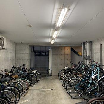 駐輪場はエントランスの横に有りました。
