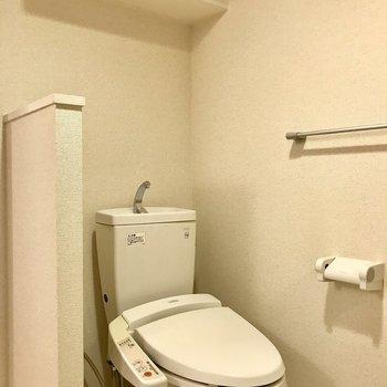 トイレ上に棚が!※写真は2階の同間取り別部屋のものです