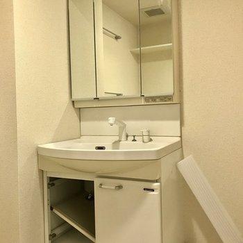 洗面台横に洗濯機置きましょう。※写真は2階の同間取り別部屋、クリーニング中のものです。