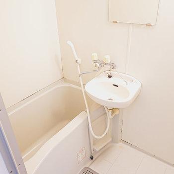 お風呂は洗面台との2点セットですが、シャワーでサッとお掃除できるメリットも◎