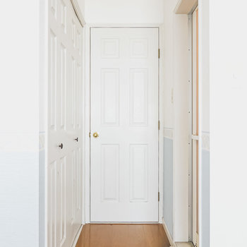 キッチンへと続く廊下部分。左がクローゼット、右がバスルーム。