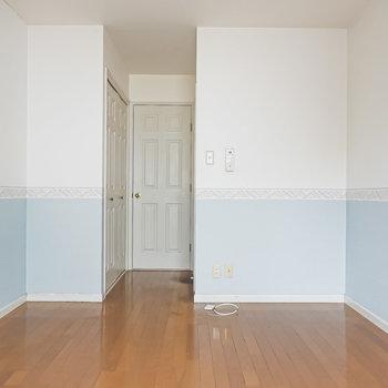 淡いブルーのアクセントクロスに、エンブレム装飾のホワイトカラーのダイニングテーブルを合わせて。