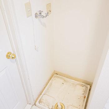 入って左手には洗濯機置き場。