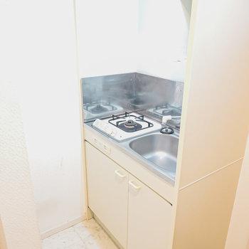 奥にはコンパクトなキッチン。自炊するならシンクボードがあると便利。