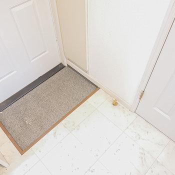 右がトイレのドア。土間はコンパクトですが靴の脱ぎ履きに支障はありません。