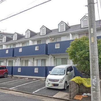 外観から可愛らしい、ブルーのベランダのアパートです。