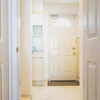 ドアを開けてキッチンへ。