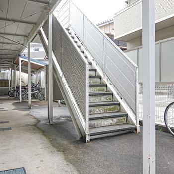 1階、階段の奥には屋根付きの自転車置き場があります。