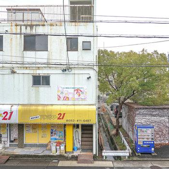 お部屋の目の前には昭和レトロな建物が。